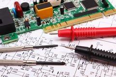 Placa de circuito impresso ferramentas da precisão e cabo do multímetro no diagrama da eletrônica Fotografia de Stock Royalty Free