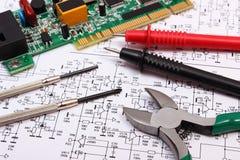 Placa de circuito impresso ferramentas da precisão e cabo do multímetro no diagrama da eletrônica Imagens de Stock Royalty Free