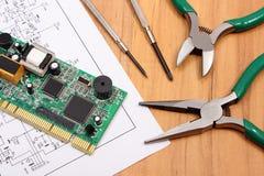 Placa de circuito impresso ferramentas da precisão e diagrama da eletrônica, tecnologia Imagem de Stock Royalty Free