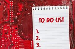 Placa de circuito suja velha vermelha do computador e para fazer o conceito do texto da lista Imagens de Stock