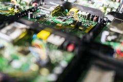 Placa de circuito verde con los microprocesadores, los semiconductores y los resistores foto de archivo