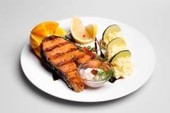 Placa de color salmón con los purés de patata Foto de archivo libre de regalías