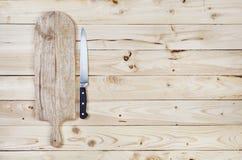 Placa de corte com a faca na tabela de madeira Vista superior fotografia de stock