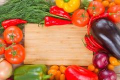 Placa de corte com vegetais Fotografia de Stock Royalty Free