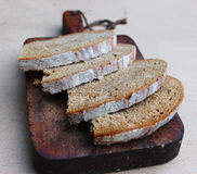 Placa de corte cortada do pão Fotografia de Stock