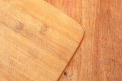 Placa de corte de madeira sobre o tampo da mesa Foto de Stock Royalty Free