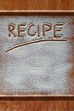 Placa de corte do vintage coberta com a farinha espaço para o texto do menu da receita no fundo de madeira velho imagem de stock