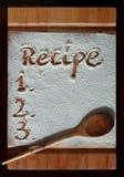 Placa de corte do vintage coberta com a farinha espaço para o texto do menu da receita no fundo de madeira velho fotos de stock royalty free