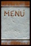 Placa de corte do vintage coberta com a farinha espaço para o texto do menu da receita no fundo de madeira velho fotografia de stock