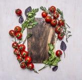 A placa de corte do vintage com ervas e os vegetais no fim rústico de madeira da opinião superior do fundo acima do lugar text, m Imagens de Stock
