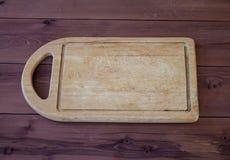 Placa de corte em uma tabela de madeira Imagens de Stock Royalty Free