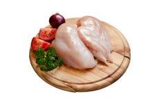 Placa de corte isolada com peito de frango cru Fotos de Stock Royalty Free