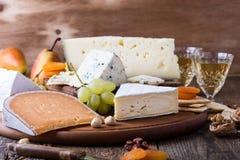 Placa de corte de madeira do queijo, do fruto e do vinho Foto de Stock
