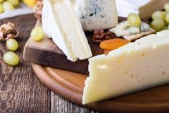 Placa de corte de madeira do queijo, do fruto e do vinho Fotos de Stock