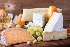 Placa de corte de madeira do queijo, do fruto e do vinho Imagem de Stock