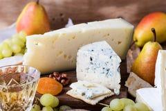 Placa de corte de madeira do queijo, do fruto e do vinho Fotografia de Stock Royalty Free