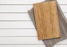 Placa de corte na tabela de madeira branca Imagens de Stock Royalty Free