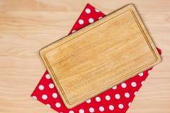 Placa de corte no pano vermelho Foto de Stock