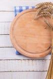Placa de corte vazia na tabela branca Lugar para seu texto Fotos de Stock