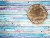 Placa de corte velha do círculo vazio do vintage no conceito do fundo do alimento das pranchas O ¡ de Ð olored o fundo velho de m imagem de stock royalty free