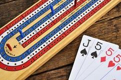 Placa de cribbage e cartões de jogo Imagem de Stock