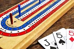Placa de cribbage e cartões de jogo Imagens de Stock Royalty Free