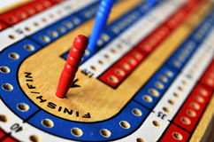 Placa de cribbage e cartões de jogo Fotografia de Stock Royalty Free