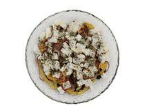 Placa de cristal con la ensalada griega la opinión superior sobre un fondo blanco fotografía de archivo libre de regalías