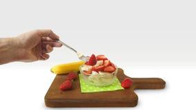 Placa de cristal del desayuno sano con las fresas y los pedazos tajados de plátano en un tablero de madera oscuro Foto de archivo