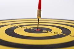 Placa de dardo que visa o centro em um fundo branco Fotografia de Stock