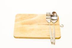 Placa de desbastamento de madeira com colher e forquilha Foto de Stock