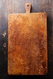Placa de desbastamento no fundo de madeira da textura Imagens de Stock Royalty Free