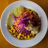 Placa de ensalada con las verduras coloridas en luz natural imagenes de archivo