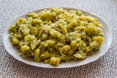Placa de ensalada de Potatoe del turco Imagen de archivo libre de regalías