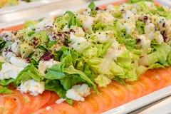 Placa de ensalada verde fresca, buffet de abastecimiento imagenes de archivo