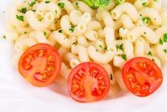 Placa de espaguetis con los tomates de cereza frescos Imágenes de archivo libres de regalías