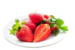 Placa de fresas jugosas fotos de archivo libres de regalías