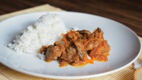 Placa de fresco, cozinhando o arroz Cena com movimento lento Prato cerâmico branco do arroz e da carne fritada aos vegetais no ba filme