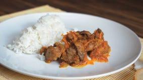Placa de fresco, cozinhando o arroz Cena com movimento lento Prato cerâmico branco do arroz e da carne fritada aos vegetais no ba vídeos de arquivo