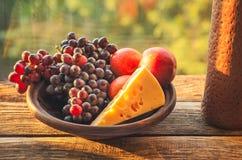 Placa de frutas maduras en una tabla Fotografía de archivo