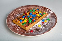 Placa de galletas belgas con el caramelo coloreado Imagen de archivo