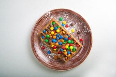Placa de galletas belgas con el caramelo coloreado Foto de archivo