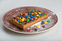Placa de galletas belgas con el caramelo coloreado Fotografía de archivo libre de regalías