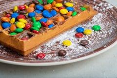 Placa de galletas belgas con el caramelo coloreado Imagenes de archivo