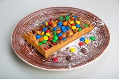 Placa de galletas belgas con el caramelo coloreado Imagen de archivo libre de regalías