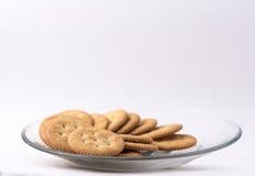 Placa de galletas en un fondo blanco Fotos de archivo libres de regalías