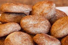 Placa de galletas recientemente cocidas fotografía de archivo libre de regalías