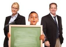 Placa de giz latino-americano da terra arrendada do menino com professores fotos de stock