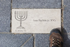 Placa de identificação de Menorah na pedra do godo, Plasencia, Espanha Imagens de Stock
