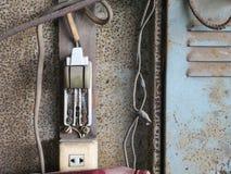 Placa de interruptor elétrica velha completamente da oxidação imagens de stock